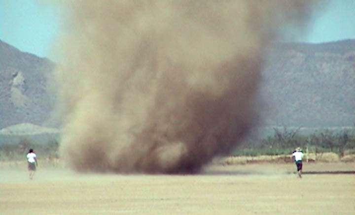 Tourbillon de poussières (dust devil) sur Terre. Crédit : Nasa