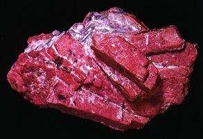 La rhodonite, un cristal du système triclinique. © DR