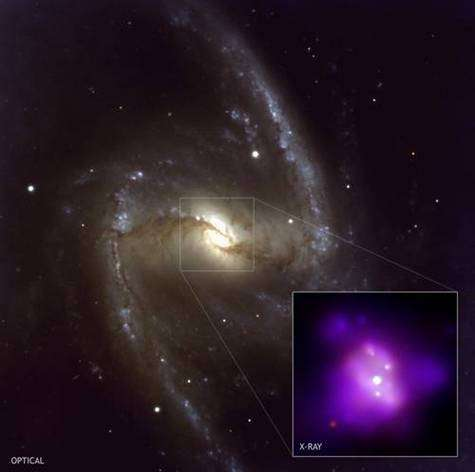 La galaxie spirale barrée NGC 1365 vue en lumière visible, et son centre en rayonnement X par Chandra (médaillon).