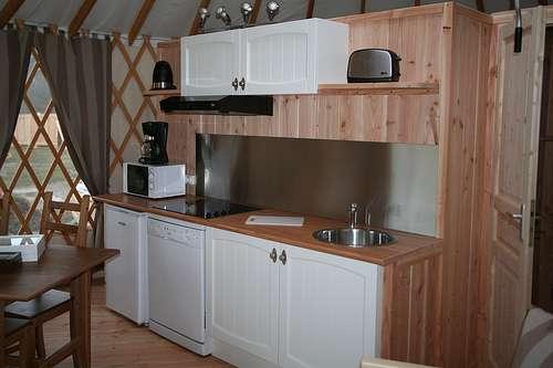 La crédence sépare le plan de travail et le meuble haut d'une cuisine. © Yourte contemporaine, CC BY-NC-ND 2.0, Flickr