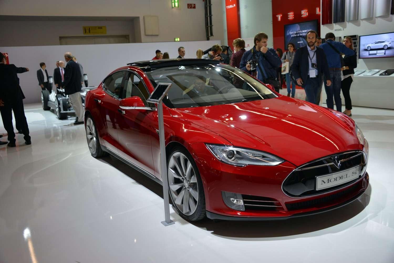 La Tesla Model S, une voiture électrique de luxe, vendue entre 65.000 et 90.000 euros selon la version. Son constructeur l'a équipée pour une connexion à un chargeur rapide (donc à haute tension) et promet le déploiement de stations sur les routes aux États-Unis et en Europe. © Tesla