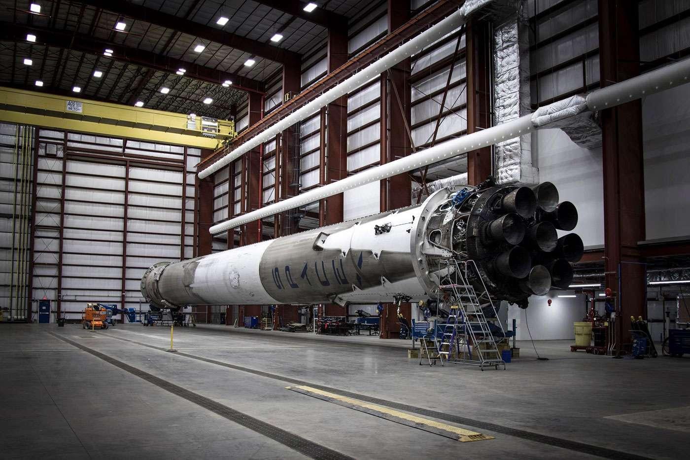 En position horizontale, l'étage récupéré du Falcon 9 attend d'être utilisé pour réaliser un essai statique de ses neuf moteurs. © SpaceX