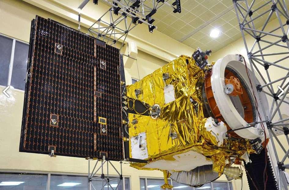 La sonde Mars Orbiter Mission lors d'essais de déploiement de ses panneaux solaires. © Isro