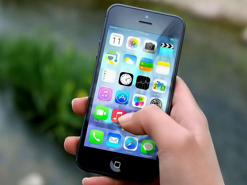 La téléphonie mobile, apparue il y a plus de trente ans, a durablement modifié nos façons de vivre, au fil des évolutions techniques, en particulier avec la diffusion sur les ondes du réseau Internet. © DR