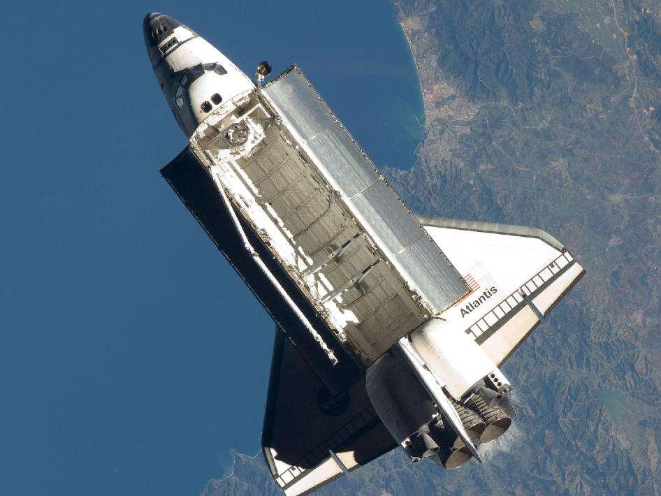 La navette Atlantis vient de se décrocher de l'ISS sous les yeux des membres de l'Expédition 21. La Station spatiale internationale se trouve alors, ce 25 novembre 2009 à 9 h 53 en temps universel, au-dessus de la Méditerranée, à peu près à la verticale des côtes algériennes. La mission STS-129 touche à sa fin. © Nasa