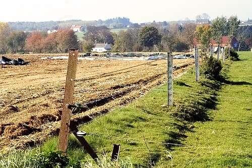 Comme on peut le voir à gauche (labours), ces terrains sont des terres arables. © Antarius CC by