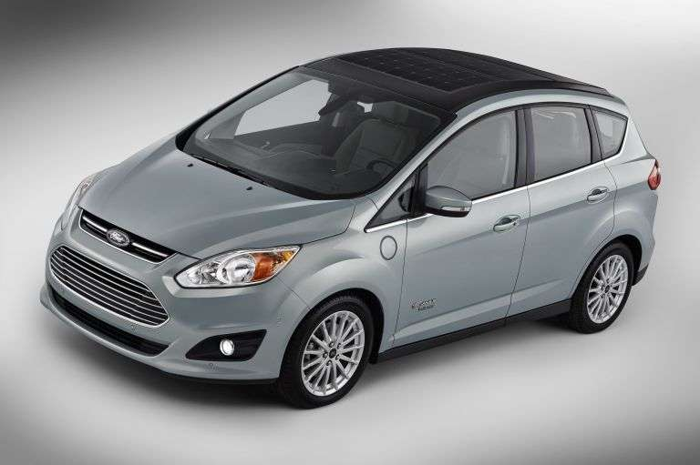 Le Ford C-Max Solar Energy sera dévoilé au CES 2014, donc entre le 7 et le 10 janvier prochains à Las Vegas. Cette voiture hybride possède des cellules photovoltaïques sur son toit. © Ford