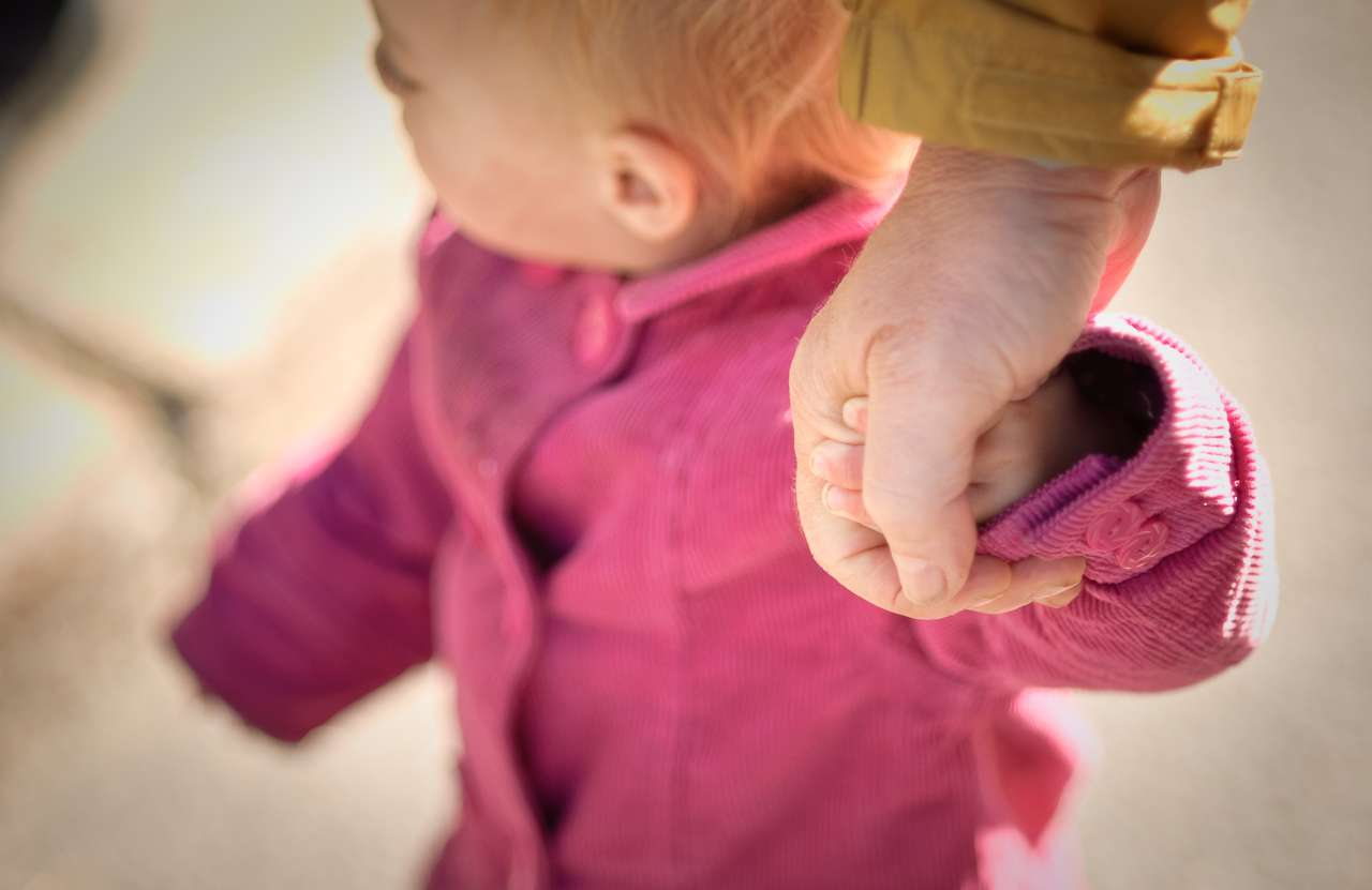 Le sens du toucher est essentiel dans le développement des relations familiales et sociales. En découvrant le gène impliqué dans cette sensation, les chercheurs pourront aider les personnes pour lesquelles la sensation de toucher est défaillante. © Olivier Bataille, Flickr, by nc nd 2.0