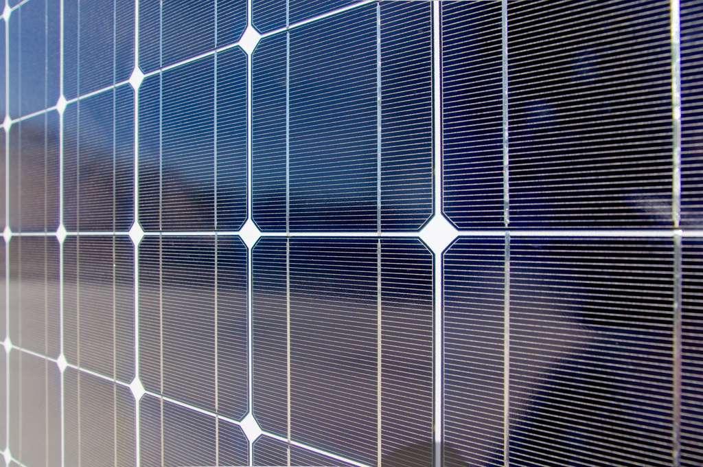 Un panneau solaire rassemble les cellules photovoltaïques reliées entre elles et montées en série et en parallèle. Les cellules sont le plus souvent en silicium, cuivre, indium et sélénium. Les recherches s'orientent de plus en plus vers les cellules organiques dont la synthèse est simple. © Zigazou76, Flickr, cc by 2.0