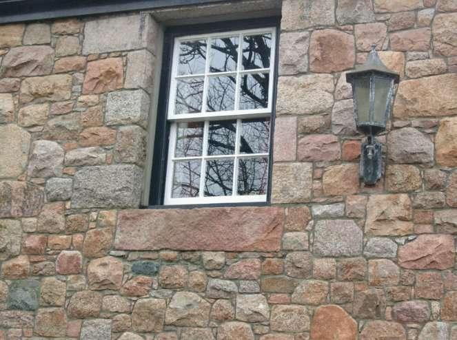 La fenêtre à guillotine se compose de deux châssis (ouvertures) coulissants. © Brieg, CC BY-SA 3.0, Wikimedia Commons