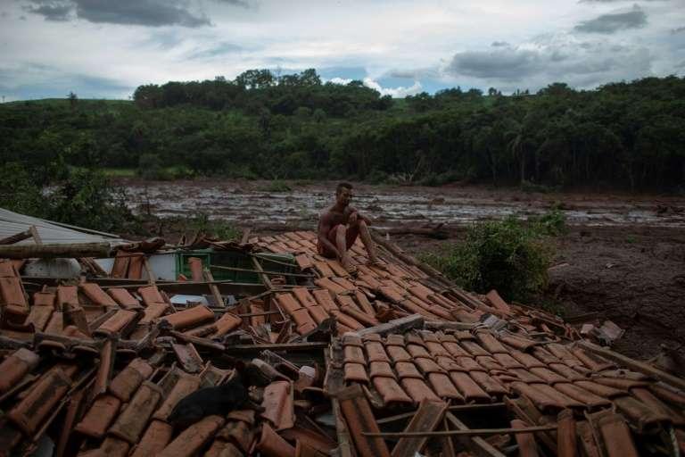 « Tout tremblait. J'ai vu des arbres énormes et des gens disparaître sous la boue », raconte Emerson dos Santos, un sinistré de 30 ans, assis sur les décombres de sa maison familiale. © Mauro Pimentel - AFP