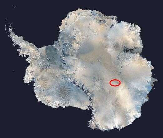 L'Antarctique est le continent le moins bien connu de l'Homme. D'une superficie de 14 millions de km2, 98 % de sa surface est recouverte de glace. À Vostok (encerclé en rouge dans l'image), le lac sous-glaciaire est protégé de tout échange avec l'atmosphère par 4.000 m de glace. Il règne un réel mystère autour de l'écosystème qu'il abrite. © Nasa
