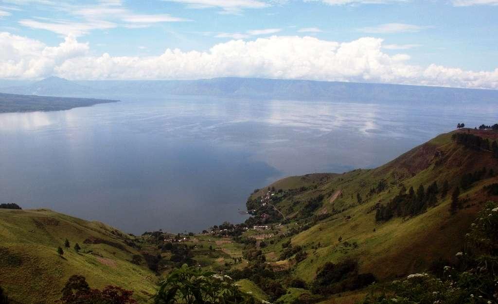 Une vue de la caldeira du Toba depuis le bord du cratère en Indonésie. Le lac qui l'occupe fait 80 km de long environ. © Trond Ryberg, GFZ