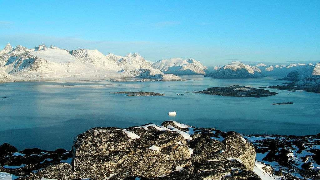 Décor de Ravnefjeldet, Nanortalik (partie sud du Groenland) par une claire matinée de décembre. Les montagnes déchiquetées en arrière-plan (à gauche) sont hautes de 1.300 m. © Jens Nielsen Buurgaard-wikipédia