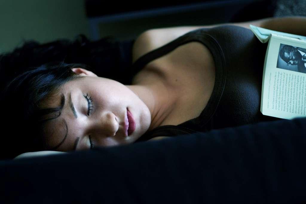 Le sommeil est fondamental pour la santé. Cette nouvelle étude montre que pendant le repos, les oligodendrocytes, des cellules de soutien dans le cerveau, fabriquent davantage de myéline. Cela protégerait mieux les neurones et favoriserait la circulation de l'influx nerveux. © mark sebastian, Flickr, cc by sa 2.0