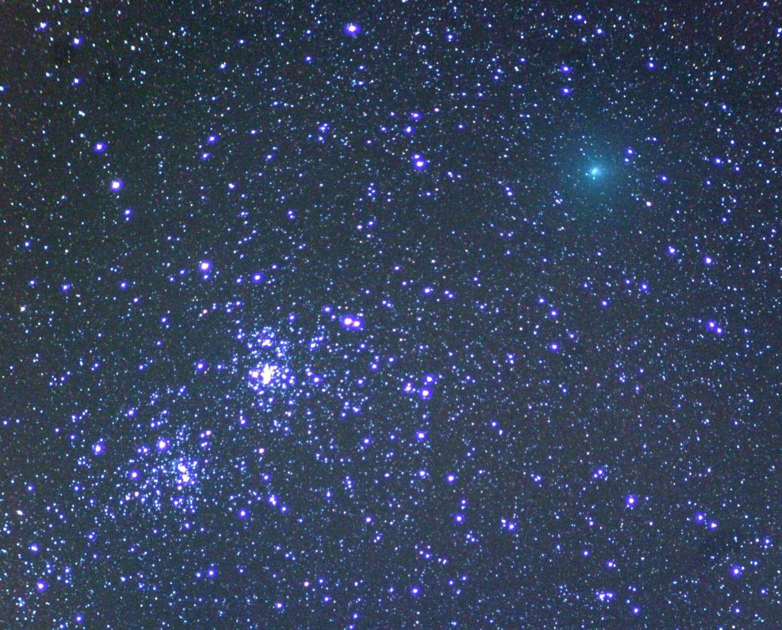 Le 7 octobre, la comète 103P/Hartley 2 rendait visite au double amas de Persée. © Toni Scarmato