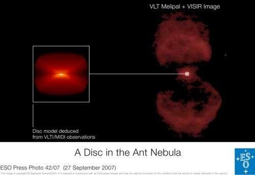 A gauche, le disque de poussière mis en évidence au moyen de l'interféromètre infrarouge du VLTI. L'axe principal est perpendiculaire à l'axe des lobes bipolaires de la nébuleuse. Crédit : ESO
