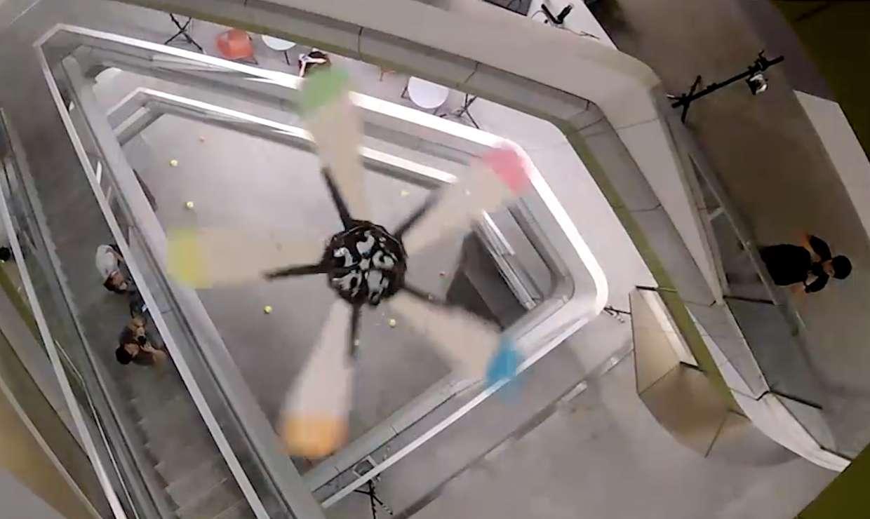 Samara est un drone inspiré des akènes d'érable qui se sépare en cinq mini-ailettes pour livrer des petites charges à un endroit précis. © STUD