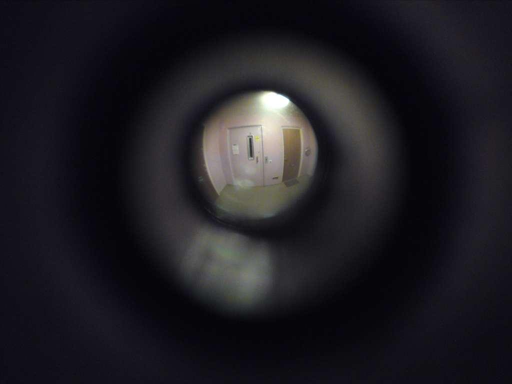 L'installation d'un judas peut venir compléter la sécurité apportée par une porte blindée. © Kalleboo, Flickr, CC BY 2.0