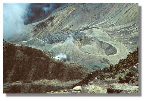 Les gaz émis par les fumerolles forment des dépôts fumerolliens. © IRD/Pierre Tachker