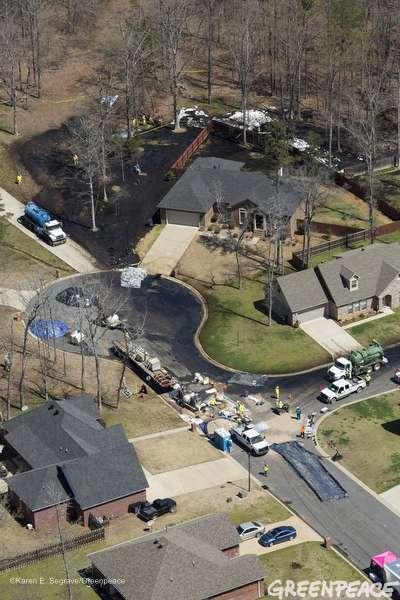 Une fuite de l'oléoduc Pegasus a causé le déversement de près de 800.000 litres de pétrole brut autour de la ville de Mayflower, en Arkansas. © Greenpeace