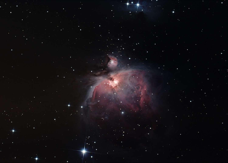 M 42, la célèbre nébuleuse d'Orion, photographiée avec un télescope de 15 centimètres de diamètre. © M. Simet