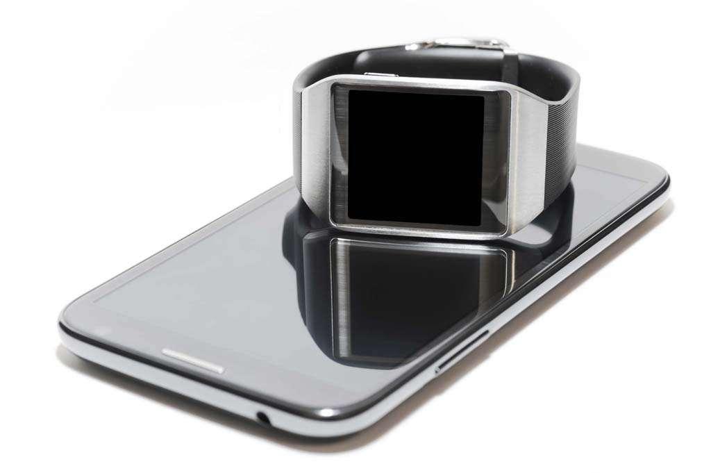 Pour sécuriser la connexion Bluetooth entre un objet connecté et un smartphone, un code de six chiffres s'affiche lors du premier jumelage. Il faut moins d'une seconde pour trouver le bon code parmi un million de combinaisons possibles. Le pirate peut ensuite récupérer l'ensemble des notifications, des messages et même des données biométriques, qui transitent entre les deux appareils. Reste un problème de taille, ou plutôt de distance… En raison de la faible portée du Bluetooth, le pirate doit se trouver à moins de dix mètres de la victime ciblée! © Bitdefender