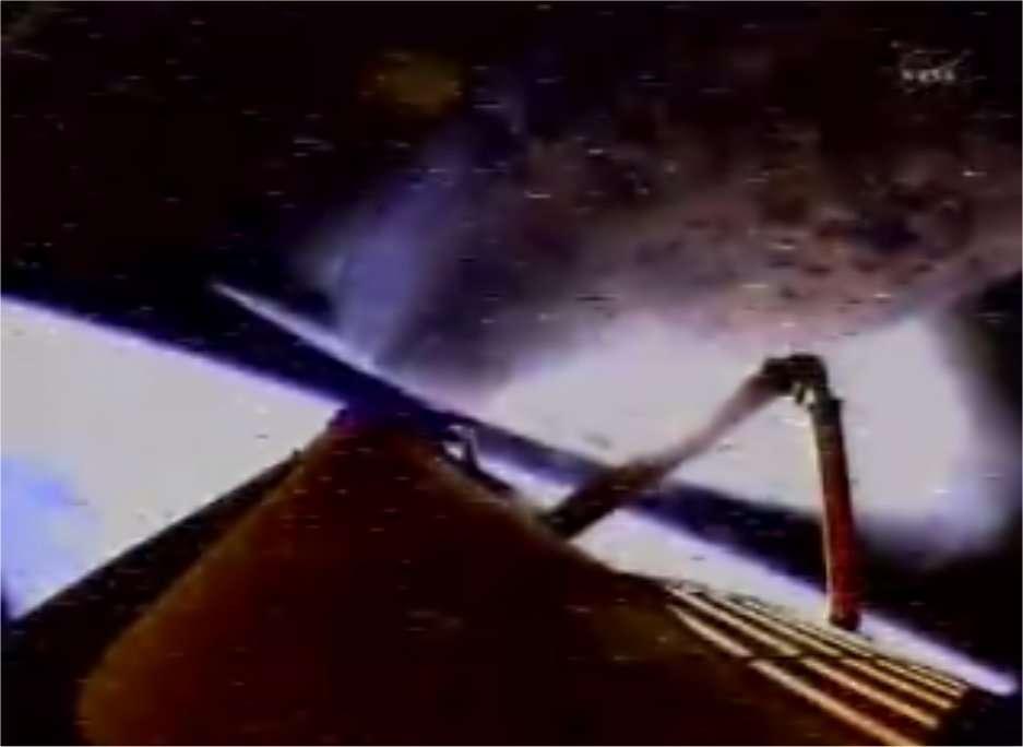 23 h 02 en heure française : Discovery atteint l'espace et la réservoir principal (sur lequel est installée la caméra), en bas sur cette image, va se détacher. © Nasa