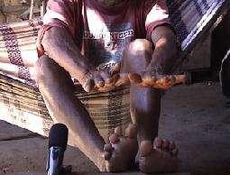 Cacique (chef du village) montrant le calcul exact Mundurucu à l'aide de ses doigts et orteils (Bom Jardim/Kaburuá, 2001).© CNRS Photothèque - Pierre PICA