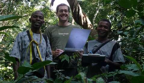 Hamidu, Andrew Marshall et Exaud dans la forêt tanzanienne. © Université de York