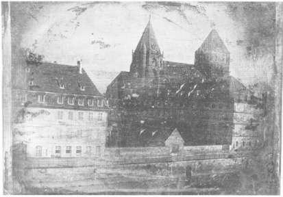 Louis Daguerre présente sa découverte, le daguerréotype, à l'Académie des sciences. Le daguerréotype de l'église Saint-Thomas de Strasbourg est le premier cliché réalisé par Louis Daguerre. © Kapipelmo, Domaine public, Wikimedia Commons
