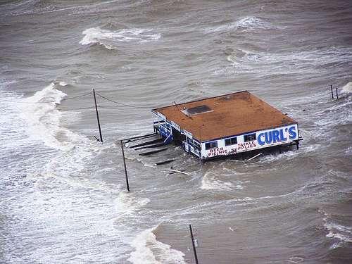 La surcote provoquée par l'ouragan Ike s'est traduite par l'inondation de Bolivar au Texas. © US Air Force / Sergent de première classe Wally Bacio, domaine public