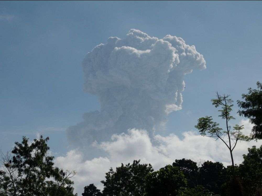 Le volcan Merapi est entré en éruption le 21 juin 2020. Cette photo a été prise depuis la ville de Yogyakarta. © Ranto Kresek, AFP