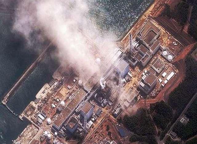 La centrale de Fukushima après l'explosion du 14 mars. On repère le réacteur 1, à gauche, avec son toit absent, pulvérisé par l'explosion du 12 mars. À sa droite, le 2 est intact et, encore à droite, le 3 fume. Pour éviter une élévation de température trop grande, les équipes de Tepco (l'opérateur) ont alors déversé d'importantes masses d'eau de mer, évacuées ensuite dans l'océan Pacifique (une technique jamais utilisée auparavant). © Daveeza, Flickr, CC by-sa 2.0