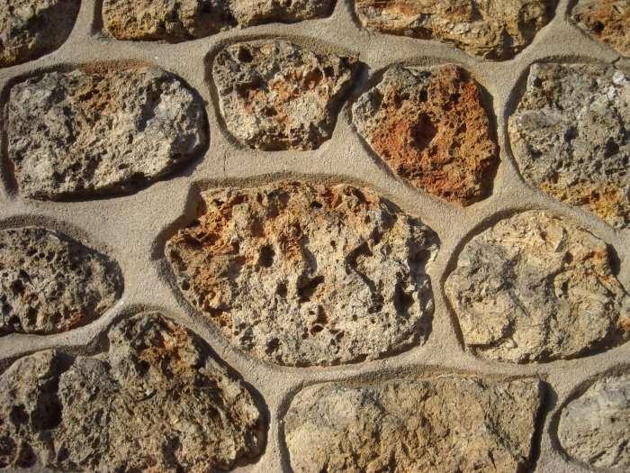 Pour construire un mur en pierre, une bonne disposition des pierres est le secret d'un mur durable. © Pierre-Mickaël Tissot, Camptocamp, CC BY-NC-ND 2.0