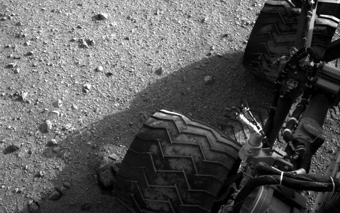 Une image des roues de Curiosity prise le 28 août par la caméra de navigation (Navcam), filmant en noir et blanc. © Nasa/JPL-Caltech