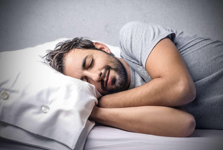 Pendant le sommeil paradoxal, l'individu rêve. Cette phase de sommeil semble plus présente chez l'Homme que chez les autres primates. © Ollyy, Shutterstock