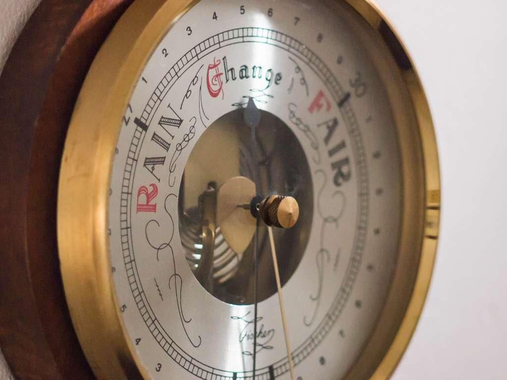 Le baromètre est un instrument permettant de mesurer la pression atmosphérique et d'indiquer la tendance météorologique à venir. © James E. Petts, Flickr, CC by-sa 2.0