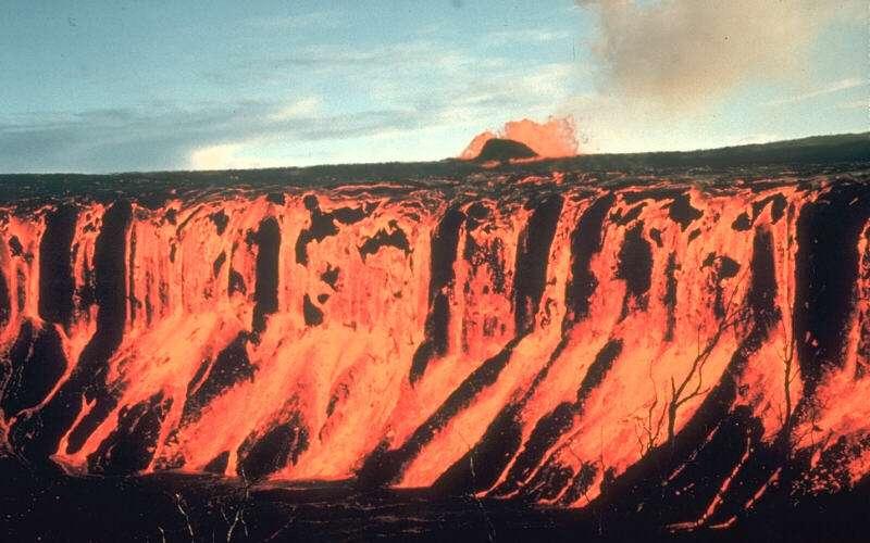 Le 30 décembre 1969 à Hawaï, l'éruption du Mauna Ulu sur le Kilauea a été à l'origine d'une fantastique cascade de lave. Les trapps de Sibérie, lors de leur mise en place, devaient générer des flots de lave à des échelles bien plus grandes. © D. A. Swanson