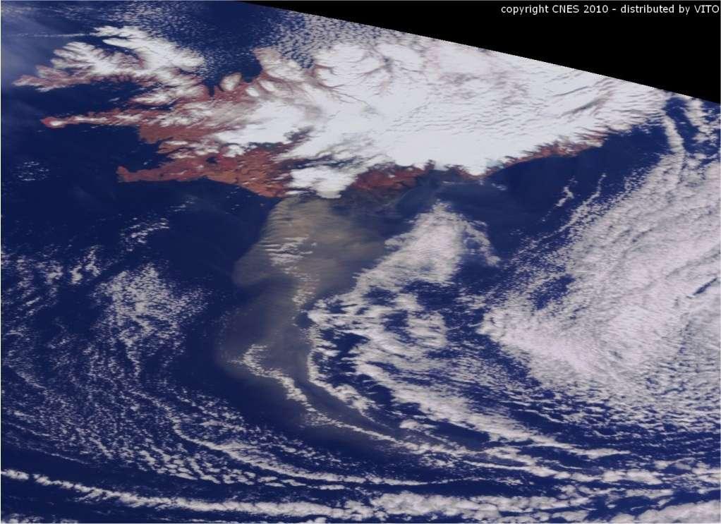 Le panache émis par le volcan Eyjafjöll, sous le glacier Eyjafjallajökull, le 20 avril 2010 au matin, vu par Spot 4. A retrouver sur le site VGT-Vito © Cnes 2010 / Distribution Vito