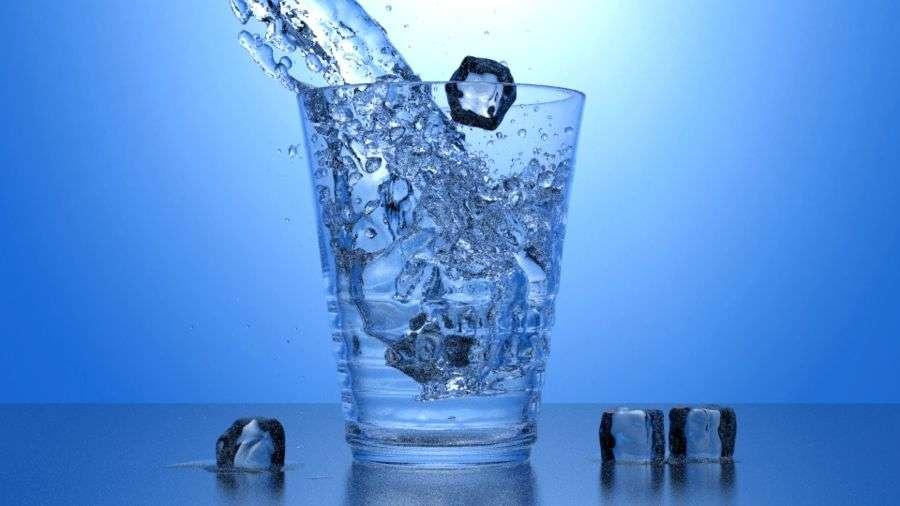 En cette période particulièrement chaude, un bon verre d'eau réhydrate toujours. Attention à ne pas le boire trop frais : on risque d'en oublier la soif. © PeeDee4, deviantart.com, cc by nc sa 3.0