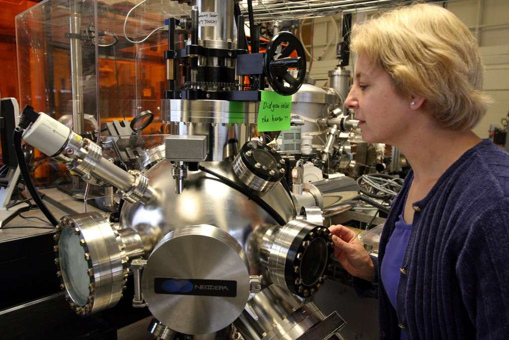 Caroline Ross au MIT, l'un des chercheurs à l'origine de la nouvelle diode optique. © Allegra Boverman
