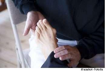 Les podologues peuvent prescrire des orthèses plantaires en cas de douleurs liées à une asymétrie. © Aceshot, Fotolia
