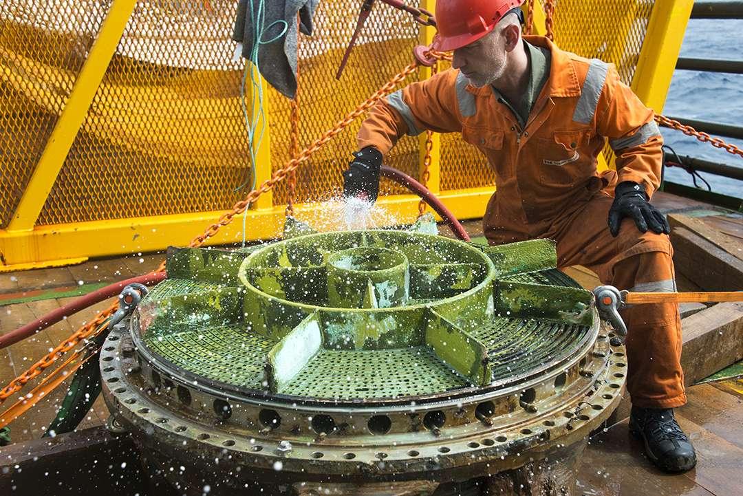 Le système d'injection de l'oxygène liquide a besoin d'un nettoyage, après avoir passé 44 ans au fond de l'océan. © Fondation Bezos