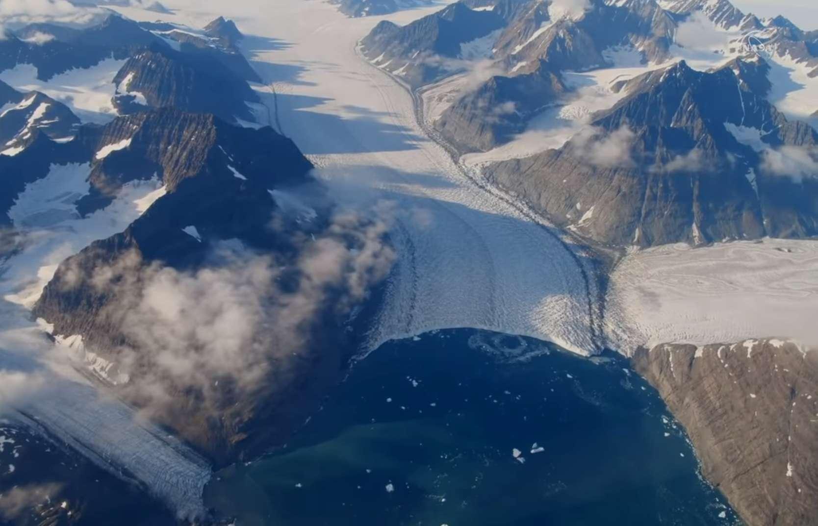 Le glacier Jakobshavn est le plus grand glacier du Groenland, mais aussi celui qui s'écoule et qui perd de la glace le plus rapidement du pays. Il est en recul continu depuis le début des années 2000. Baigné par des eaux historiquement plus froides depuis 2016, il a cependant ralenti et recommencé à s'épaissir… provisoirement. © Nasa's Goddard Space Flight Center/Kathryn Mersmann