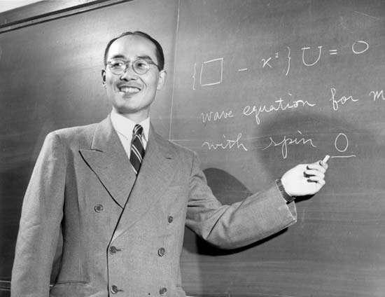 Hideki Yukawa et son équation pour les forces nucléaires en 1949. Crédit : Yukawa Institute for Theoretical Physics