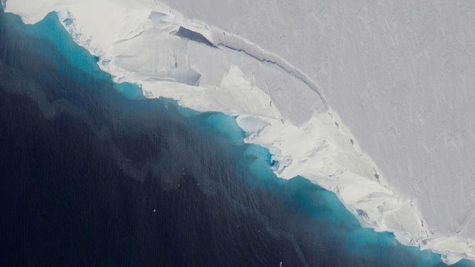 Le glacier Thwaites, situé en Ouest-Antarctique, est un des plus importants contributeurs à la montée du niveau des océans de cette région du continent blanc. Depuis une décennie, l'inlandsis Ouest-Antarctique fond trois fois plus rapidement qu'auparavant. © Nasa/OIB/Jeremy Harbeck