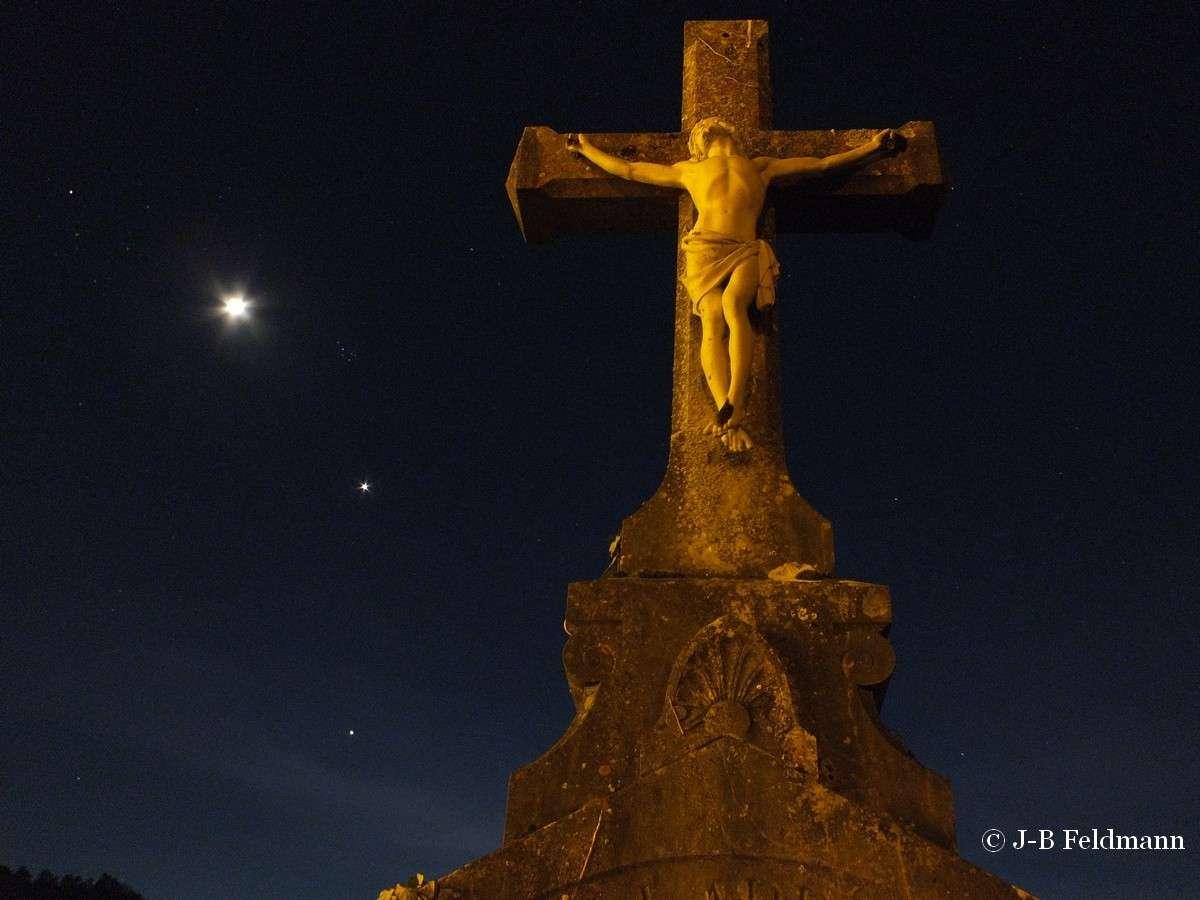La Terre et le Ciel depuis la Bourgogne. L'étoile à gauche de la Lune est Aldébaran, la plus brillante de la constellation du Taureau. Les Pléiades, Vénus et Jupiter (de haut en bas) complètent la scène. © J.-B. Feldmann