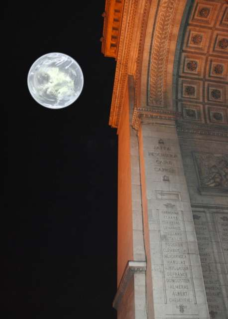 La Lune se couche en passant juste au-dessus de l'Arc de Triomphe