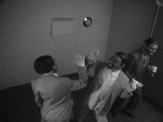 Dans un local surveillé, attention aux manifestations de joie trop énergiques : l'ordinateur pourrait les prendre pour une agression... Katia Bassanini,Untitled (surveillance camera), 2004.